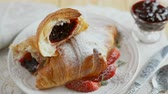 aveia : Croissant served on a table with jam and fresh strawberries. Vídeos