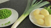 ervilha : Ingredients for vegetarian soup: potato, pea, leek, mint