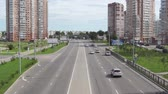 фехтование : KHABAROVSK, RUSSIA - JULY, 27, 2017: The view of the road and passing cars in the city. Стоковые видеозаписи