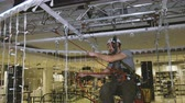 эскалатор : Industrial climber sets up Christmas decorations in the shopping centre