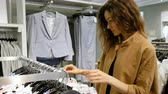 giysi : Young woman is shopping in the store Stok Video