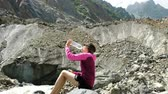 deshydratation : Girl tourist drinks water from a bottle in the mountains Vidéos Libres De Droits