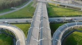 construcción de carreteras : different cars drive along grey highway with turning circle Archivo de Video