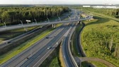 construcción de carreteras : pictorial suburban traffic interchange with modern lighting Archivo de Video