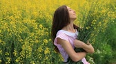 çayır : Beautiful Woman in Retro Dress Relaxing Holding Yellow Flowers Summer Field HD
