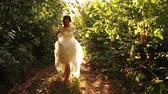 modelo : Woman Vintage Dress Running in Forest Smiling Runaway Bride