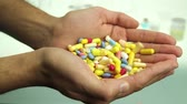 antibiótico : Pills pouring in hands addiction concpet