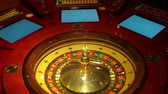 povznášející : Footage of a casino roulette and three screens, starting of a new game...