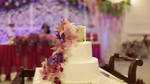 произведение искусства : the bride and groom cut the cake with fresh flowers