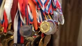 конкурент : A large number of Russian sports medals Стоковые видеозаписи