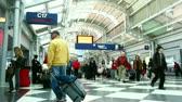 aufbruch : Chicago, IL-Feb 2: Zeitraffer von Menschen in Bewegung in der Chicago O'Hare Airport Febuary 2, 2011 in Chicago, IL. Stock Footage