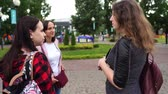 Friends talking standing in the Park. Women talk Vidéos Libres De Droits