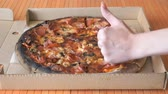 быстро : A gesture of a hand, showing fingers up over pizza
