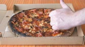 de faia : A gesture of a hand, showing fingers up over pizza