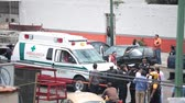 bizonyíték : MEXICO CITY, MEXICO - JULY 31, 2010: Mexican Police and emergency services at a crime scene on July 31, 2010 in Mexico City, Mexico. A woman was killed in her vehicle by an anonymous shooter. Stock mozgókép
