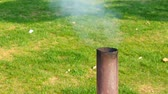 palacz : Smoke from a black pipe. Smoke comes out of the grill pipe.
