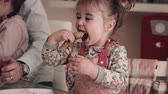 cachos : Baby girl eating pancake with father and sister