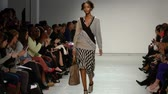 olhar : African American Model Walks Down the Runway Stock Footage