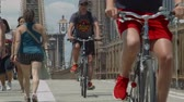 híd : Bikers on the Brooklyn Bridge Stock mozgókép