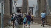 旅游 : Brooklyn Bridge TouristsPedestrians Walk Towards Manhattan 影像素材