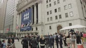 semt : A Crowd Gathers around the New York Stock Exchange Stok Video