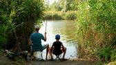 Dad and son fishing on lake. Wideo