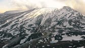 gleccser : Aerial shot of a snowy mountain with ski resort