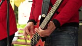gitara : Musician plays bass guitar