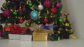 розовый : Greeting Season concept.Dolly of ornaments on a Christmas tree with decorative light