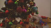 textura : Greeting Season concept.Dolly of ornaments on a Christmas tree with decorative light and falling snow in 4k (UHD)