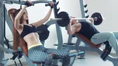 inclinado : Sportsman and sportswoman doing inclined bench press in gym