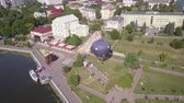 balon : Flying drone near the Balloon on the background of the city of Ternopil near the lake and park. Colorful Hot Air Balloons in Flight Wideo
