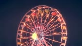 recreativo : Colorful lit up ferris wheel at carnival at night. HD 1080.-