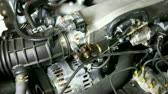 složitost : View under the hood as car engine revs.-