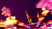 karnaval : Colorful lit up carnival ride at night. HD 1080.-