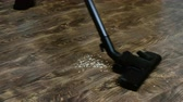 aveia : A housewife uses a vacuum to clean the floor in her home Vídeos