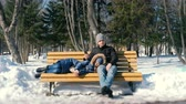 os olhos fechados : Man and a woman rest together on a bench in the winter city Park.