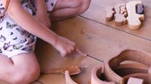 warsztat : Girl playing with wooden spoons. Wideo