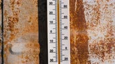 온도계 : Thermometer on a rusty wall which shows 30 degrees of heat.