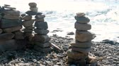 булыжник : Stone towers on the seashore. Waves on the rocks beach. Стоковые видеозаписи