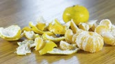 мандарин : Tangerines and peel on the kitchen table. Close-up view.