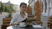 váltó : Elegant businesswoman calling for waiter while sitting at coffee shop, business lunch break of female executive