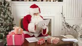 декабрь : Santa Claus using tablet to give a quick video call to the North Pole Стоковые видеозаписи