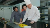 exclusivo : Chef showing his young trainees how to put salad on a plate Vídeos