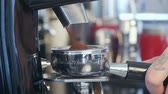 koffiemolen : Barista take coffee grind in group