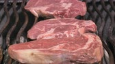 íz : UHD shot of the delicious high quality beef steaks on the grill