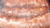 żelazko : Zooming out of the delicious homemade meat sausages frying on the grill Wideo
