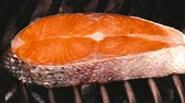 grillowanie : 1080p dolly shot of a big single salmon steak on the grill Wideo