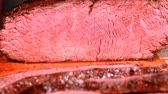 chef cuisinier : UHD 60 fps closeup shot of slicing the grilled bloody beef steak