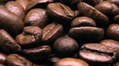 боб : UHD macro of the roasted coffee beans on rotation stand